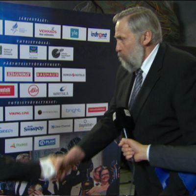 Juha Mieto onnittelee Roope Tonteria