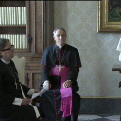 Helsingin piispa Irja Askola kuunteli paavi Franciscuksen kiitospuhetta suomalaiselle delegaatiolle.