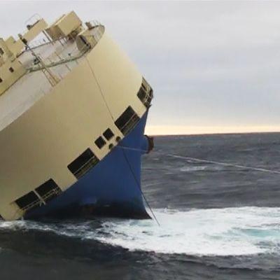 Kaatumaisillaan oleva tankkeri meressä.