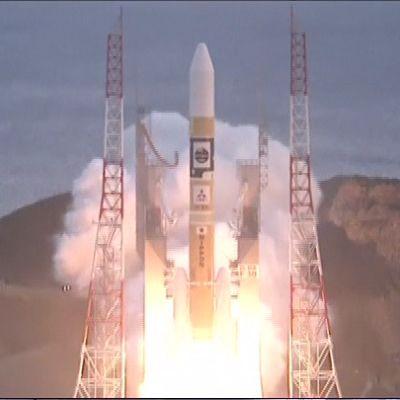 Raketti on nousemassa laukaisualustalta lieskoja allaan.
