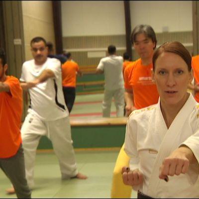 Maija Laaksonen vetää karateharjoituksia Tapanilan Erän salilla turvapaikanhakijoille