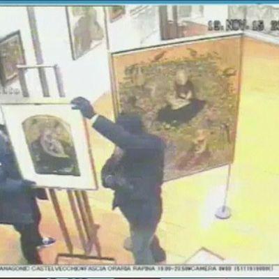 Veronalaisesta taidemuseosta varastettiin 17 arvotaulua marraskuussa. Valvontakameran kuvassa on kaksi tekijää.