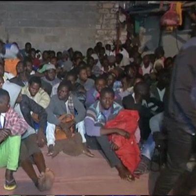 Eurooppaan pyrkiviä pakolaisia pidätettynä.