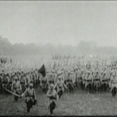 Kuvassa sotilaita Sommen taistelujen alkaessa heinäkuussa 1916.