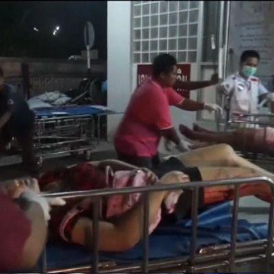 Haavoittuneet naiset makaavat liikuteltavilla sairaalasängyillä.