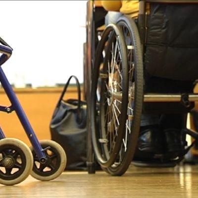 Rollaattori ja pyörätuoli.