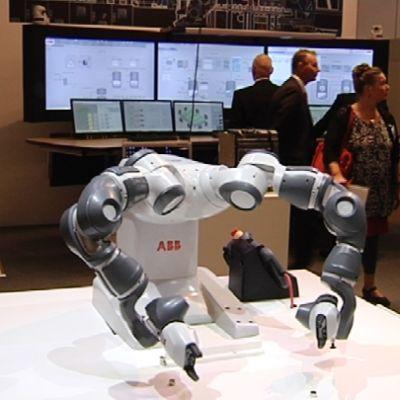 Kaksi robottikäsivartta.