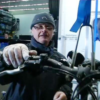 Mies käsi polkupyörän jarrukahvalla