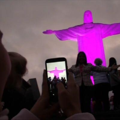 Pinkiksi valoilla värjätty jeesuspatsas.