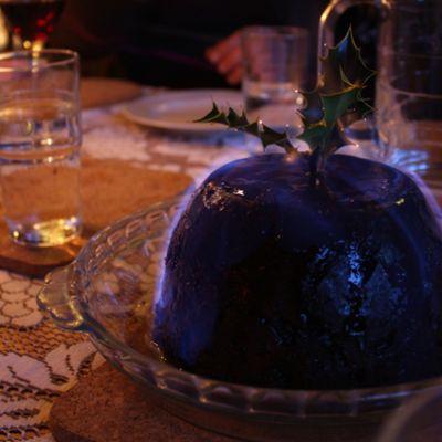 Englantilainen jouluvanukas ruokapöydällä.
