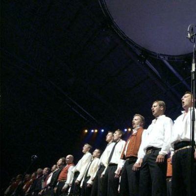 Mieskuoro Jussit Seinäjoki Areenassa 2004
