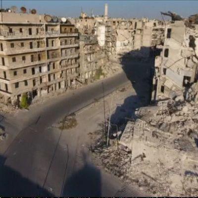 Kuvassa näkyy pommituksissa romahtanut rakennus Syyrian Aleppossa.