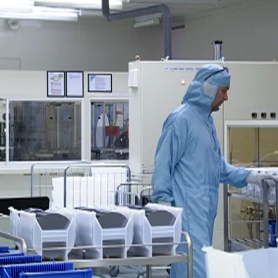 suojapukuinen mies laboratoriossa
