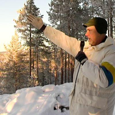 lumipukuinen sotilas puhuu mikrofoniin