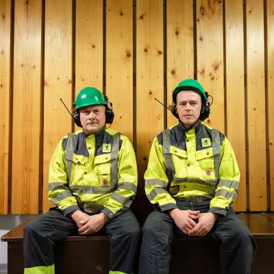 UPM Kaukaan sahan työntekijät Jouni Sarvilahti ja Mika Kouvo istuvat työvaatteet päällä penkillä.