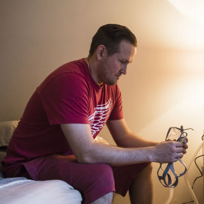 Oku Luukkainen saa uniapneaansa apua CPAP-laitteesta.