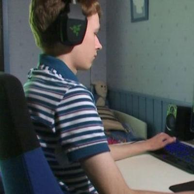Poika (Jonne Sotala) pelaa tietokoneella