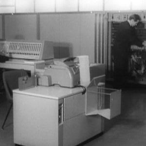 """""""Elektroniaivot"""" eli sähköiset tietojenkäsittelykoneet (tietokone) esittelyssä Kaapelitehtaalla Helsingissä."""
