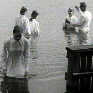 Helluntailaiset saavat kasteen