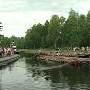 Naiset nipunvedossa -perinnenäytös Heinävedellä Varistaipaleen kanavalla 2004