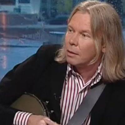 Muusikko Jukka Karjalainen Aamu-tv:ssä vuonna 2006.