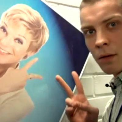Antti Holma ja vieressä Raija Pellin juliste