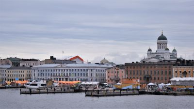 Helsingfors fotograferat från vattnet. På bilden syns Salutorget med de orangea försäljningstälten, svenska ambassaden, stadshuset i Helsingfors, och i bakgrunden Helsingfors domkyrka.