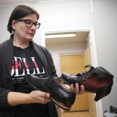 Mittatilauksena tehdyt kengät suutari Virve Mäkikankaan käsissä.