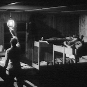 Metsätyömies sammuttaa savottamajan valot.