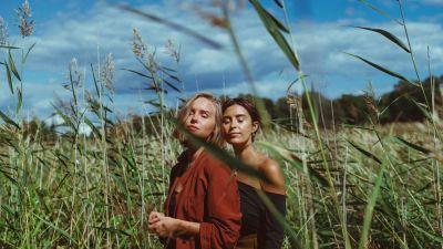 Ada Johnsson ja Milla Muuronen poseeraavat silmät kiinni kaislikossa