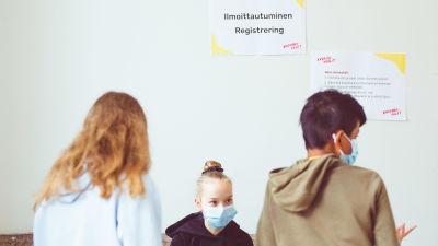Lågstadiebarn röstar i Ungdomsvalet i Helsingfors i maj 2021.