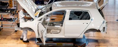 En bil byggs vid en Volkswagen-fabrik i Tyskland.