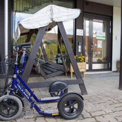 rollaattori parkkeerattuna hoivkodin ovelle