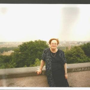 Professori Outi Merisalo Rooman Gianicolo-kukkulalla toukokuussa 2001