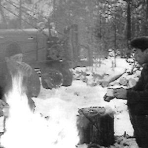 Metsätyömiehet nuotion äärellä 1966.