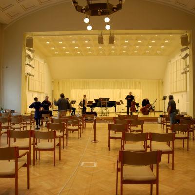 Kotkan konserttitalon salissa harjoittelee Kymi Sinfonietta