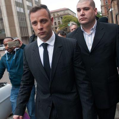 Murhasta tuomittu eteläafrikkalainen juoksijatähti Oscar Pistorius oli oikeuden edessä maanantaina Pretoriassa.