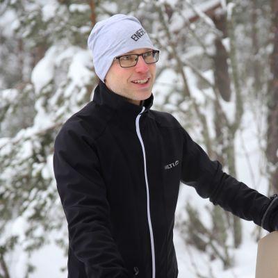 koTona -kampanjan keksijä Mauno Kinnunen Kuusankosken Sairaalanmäellä.