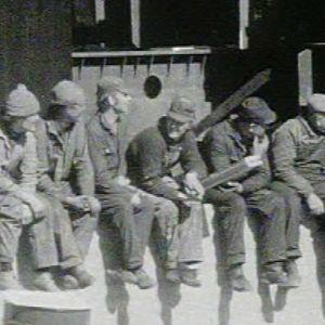 Työmiehiä istumassa rakennustyömaalla Uudessakaupungissa