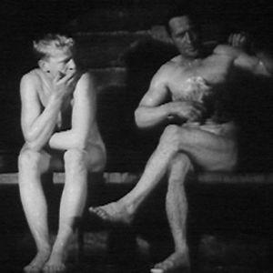 Metsätyömiehet saunovat työpäivän jälkeen.