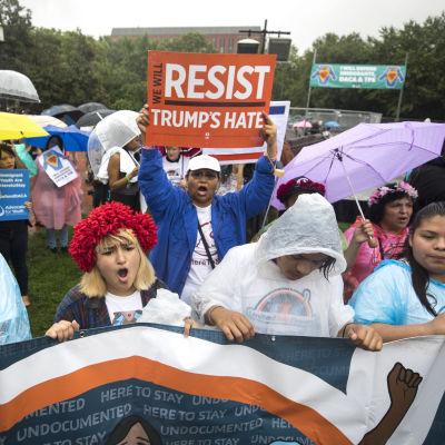 Salvadoraner i USA demonstrerar mot deportering