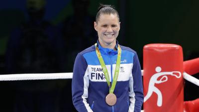 Mira Potkonen med bronsmedaljen runt halsen, OS 2016.