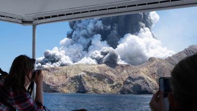 Turister fotograferade utbrottet på White Island (Whakaari) den 9 december i fjol.