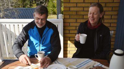 Ingvar och Rose Helsing dricker kaffe på balkongen. Solen skiner på dem.