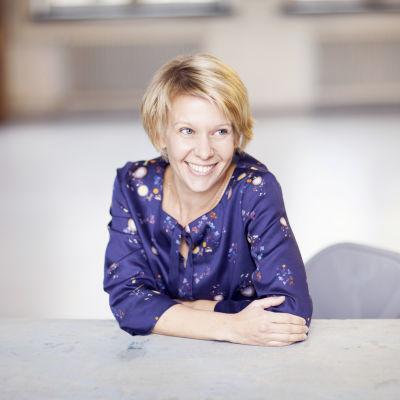 Kirjailija Selja Ahava, kuvaaja Liisa Valonen