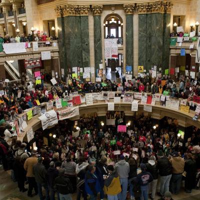 Demonstration år 2011 mot guvernör Scott Walkers anti-fackliga lagar i Madison, Wisconsin.