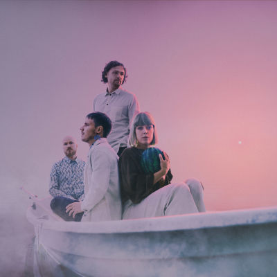 Nooa-yhtyeen promokuva, jossa yhtye istuu vaaleassa veneessä sumun ympäröimänä.