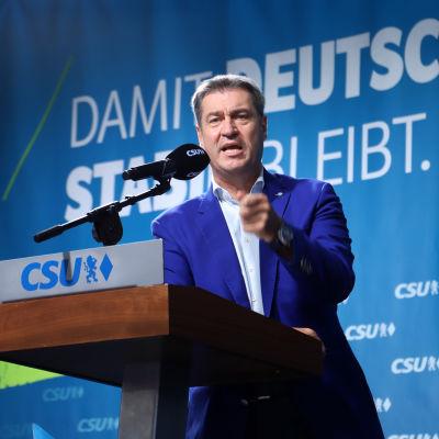 CSU-chefen Markus Söder talar på stadion.