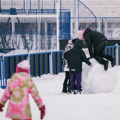 Oppilaat leikkivät välitunnilla.