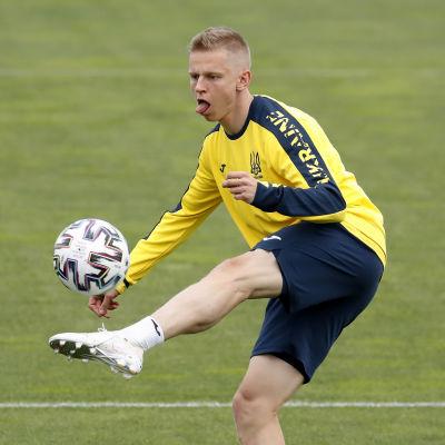 Oleksandr Zintjenko bollar under ett träningspass.